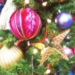 丸の内の大きなクリスマスリースとサーカス団団長