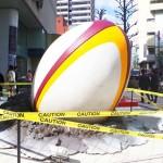 渋谷に五郎丸選手の蹴った巨大ラグビーボルが!
