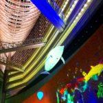 光のアクアリウムを浮遊する巨大イルカ