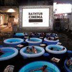 バスタブに浸かりながら野外映画を楽しむ「 BATHTUB CINEMA」開催