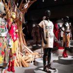 ファッションとアートとアクティビズムを表現した展覧「Vivienne Westwood – GET A LIFE!」へ