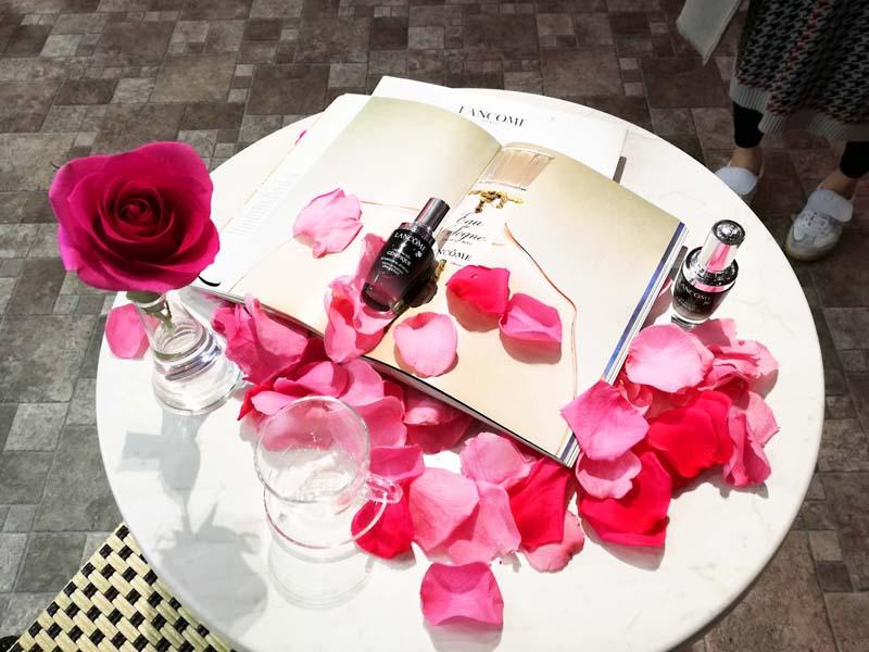 バラの花びらが舞うランコムのイベント「ランコム ハピネス サロン」 へ