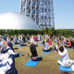 東京スカイツリーを見上げながヨガをする「Sola-YOGA」2019 開催