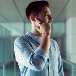 指で耳に触れるだけで通話やメールができるスマートリング『ORII』
