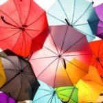 背負ったバックパックを雨から守ってくれる傘「BACK PROTECT FOLDING UMBRELLA」